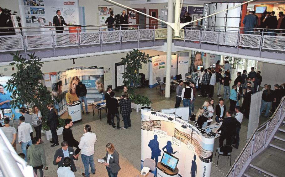 Bestens vernetzt: Unternehmen und angehende IT-Fachkräfte knüpfen Kontakte Bild
